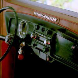 Muchas de las piezas que conforman el camper son originales de Volkswagen, como el clásico volante de dos radios.