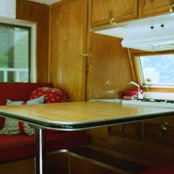 Adentro nos encontramos con un fregadero, cocina con dos fuegos y una mesa que funciona a modo de comedor.