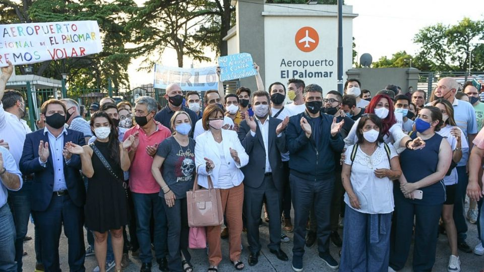 Juntos por el Cambio acompaño a vecinos y comerciantes de El Palomar que protestaron por el cierre del aeropuerto.