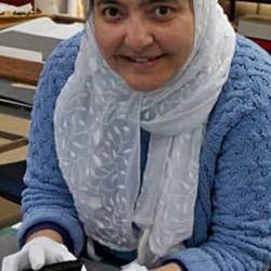Abeer Eladany, empleada de la Universidad de Aberdeen, Escocia, con su valioso descubrimiento.