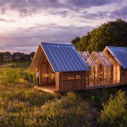 La casa en cuestión tiene grandes ventanales, que permiten mantener un contacto más estrecho entre el interior y el exterior.