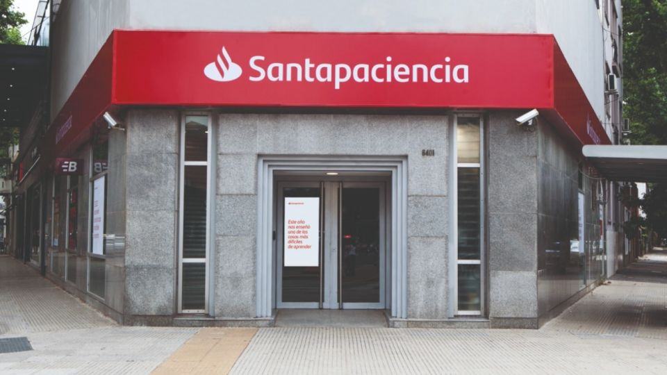 """""""Santacreatividad"""", """"Santapaciencia"""", """"Santavoluntad"""" y """"Santaesperanza"""", son algunos de los valores aprendidos en el 2020 y forman parte de las marquesinas de Santander."""