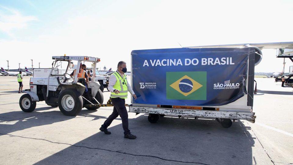 Este viernes por la mañana llegaron al aeropuerto internacional de Guarulhos, en San Pablo, 2 millones de dosis de la vacuna china Coronavac.