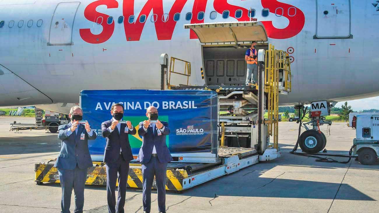 Brasil. El gobernador de San Pablo, Joao Doria, recibió ayer 2 millones de dosis de CoronaVac, que realiza ensayos en su estado.