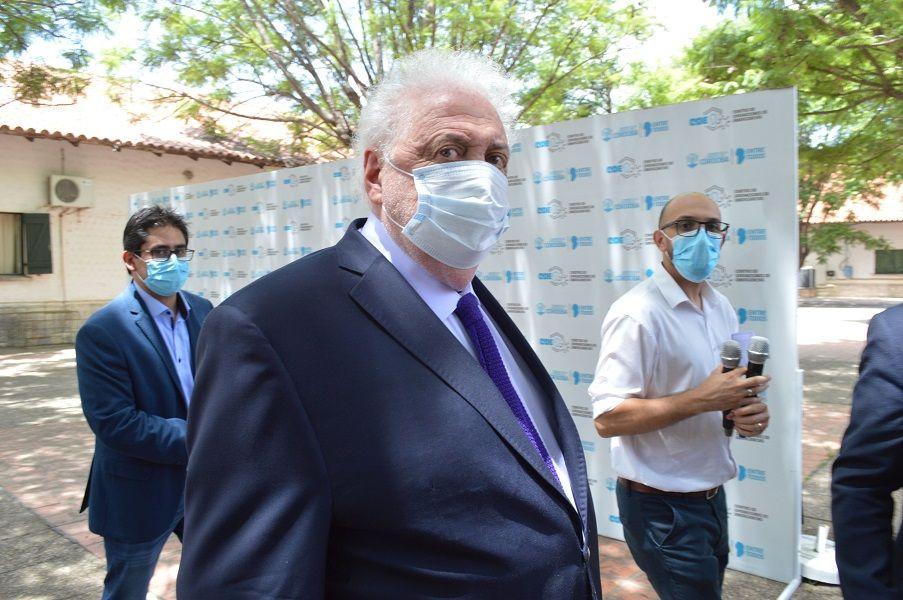 TENSO. El ministro de Salud de la Nación Ginés González García ingresando junto a su par provincial, Diego Cardozo, al Pablo Pizzurno.