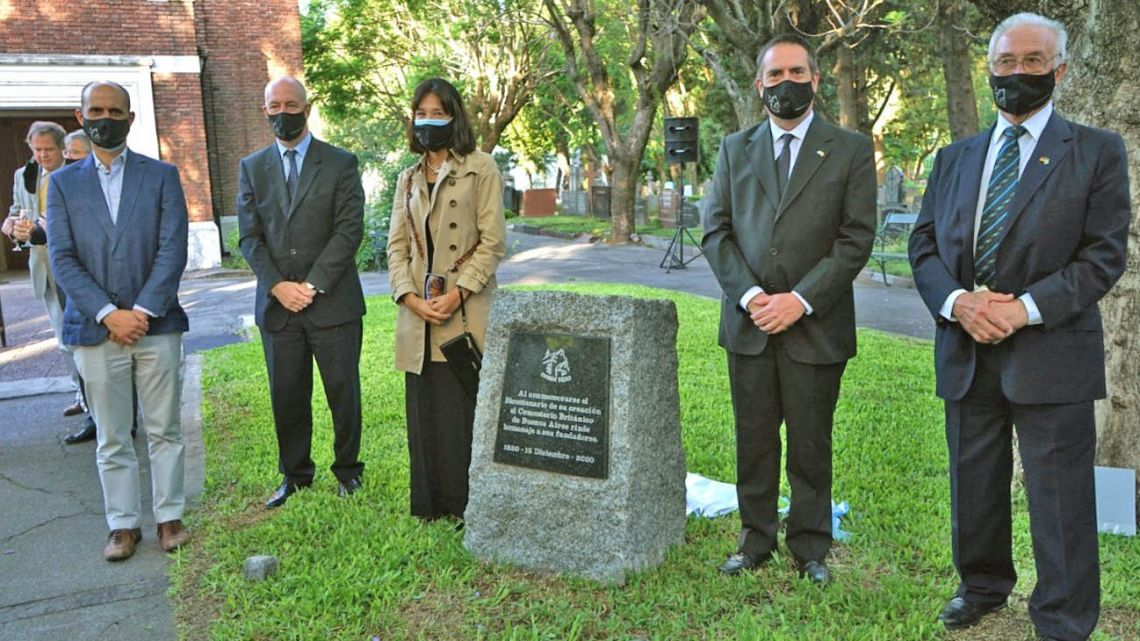 Unveiling the British Cemetery bicentennial plaque are (from left to right) Néstor Soria representing cemetery workers and British Ambassador Mark Kent with María Soledad Rodríguez Iglesias and Martín Maffuchi of the City's Green Spaces and Cemeteries Department flanking British Cemetery President John Hunter.
