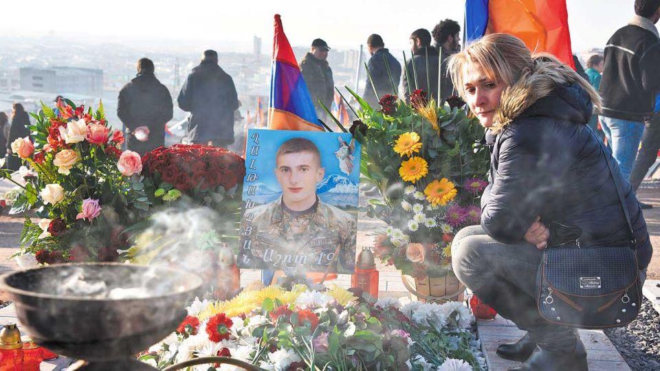 Cementerio. Una madre llora a su hijo, caído en los combates contra azerbaiyán en el enclave.