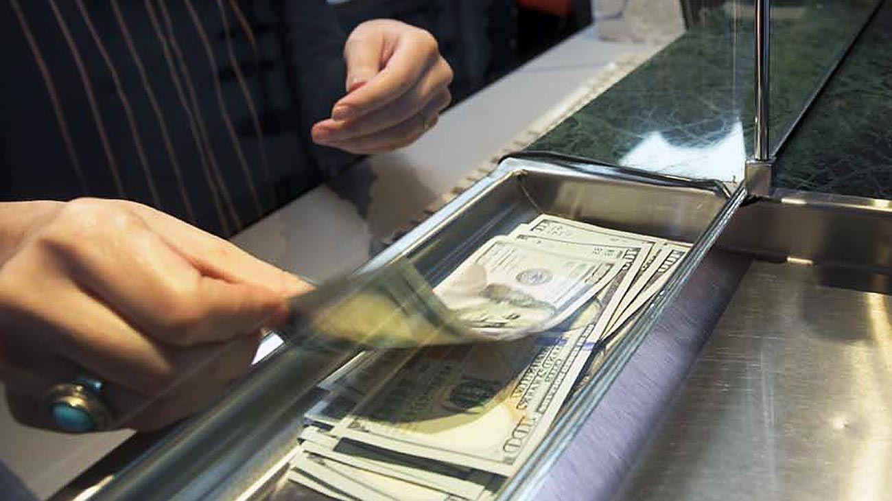 Verde pasión. Muchos argentinos se reguardan en la divisa estadounidense para no descapitalizarse. Pocos quieren los pesos.