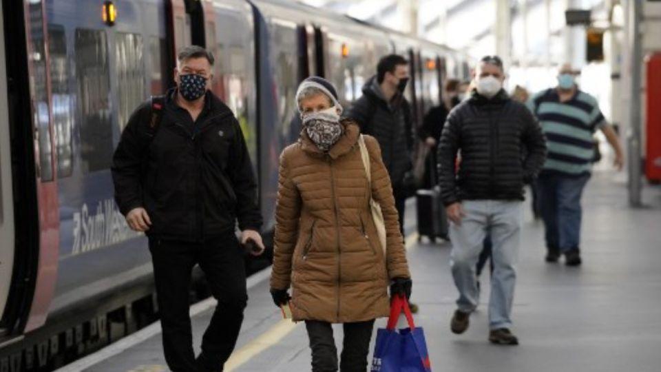 La nueva cepa del coronavirus golpea al Reino Unido.