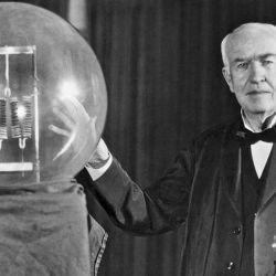A principios de 1878, Edison comenzó a trabajar en la creación de una lámpara incandescente de larga duración.