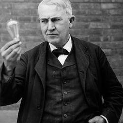 El 21 de octubre de 1879 logró que una bombilla con filamento de carbono durara encendida 13 horas y 50 minutos.