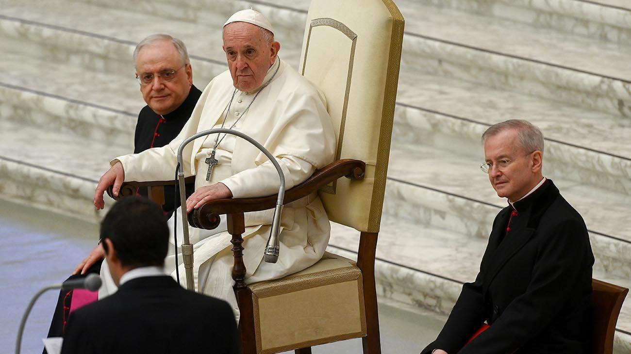 Esta foto tomada y distribuida por los medios de comunicación del Vaticano el 21 de diciembre de 2020 muestra al Papa Francisco durante una audiencia para los saludos de Navidad a los miembros de la Curia Romana en el Vaticano.