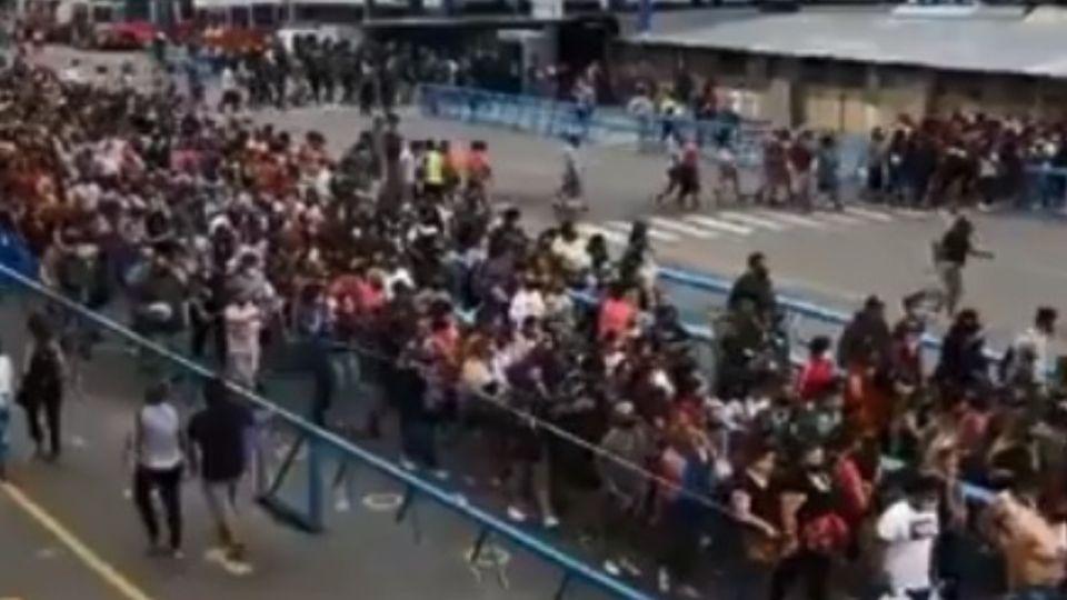 Caos de gente en La Salada generó indignación en las redes.