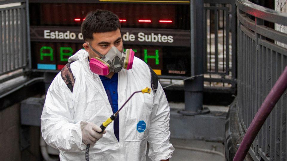 Trabajadores de la salud desinfectando estaciones de Subte