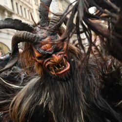 En Austria, Alemania y en Hungría miles de personas se disfrazan de Krampus a principios de diciembre y deambulan por las calles para asustar a los niños.