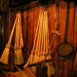 Los noruegos afirman que las brujas y los espíritus malignos deambulan por el cielo nocturno en Nochebuena en un palo de escoba.
