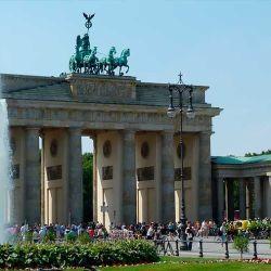 Fue construida entre los años 1788 y 1791 por el arquitecto Carl Gotthard Langhans.