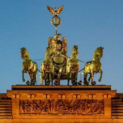 En su parte superior presenta una maravillosa cuadriga que representa a la Diosa de la Victoria en un carro tirado por cuatro caballos.