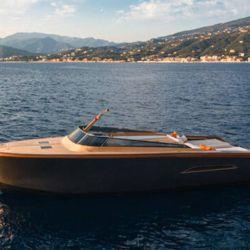 La Castagnola Heritage 9.9, es una embarcación que combina la tradición y la innovación mediante el uso de materiales como la madera y la fibra de carbono.