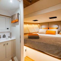 Cuenta con un camarote doble, baño y una pequeña cocina.