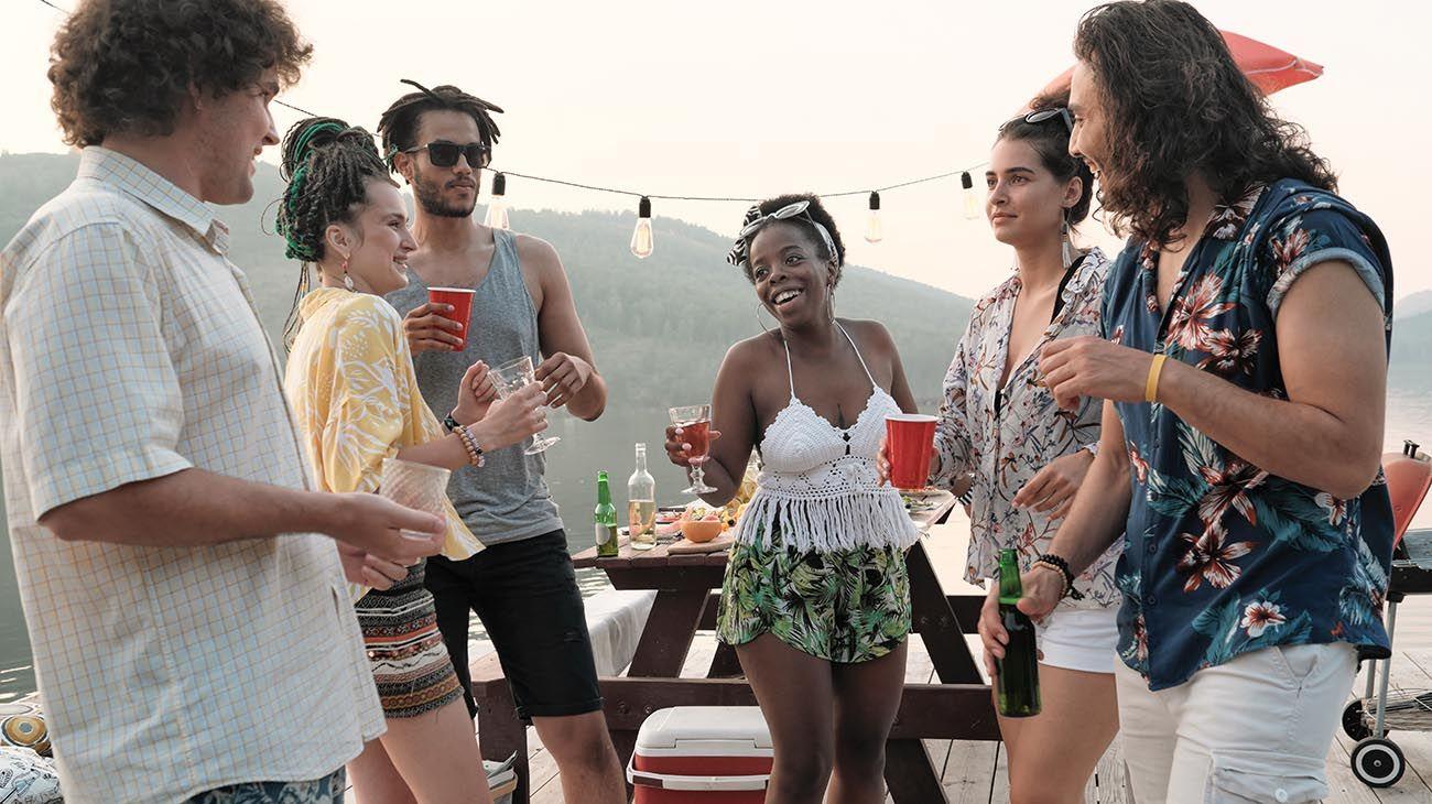 jovenes consumiendo alcohol en la playa