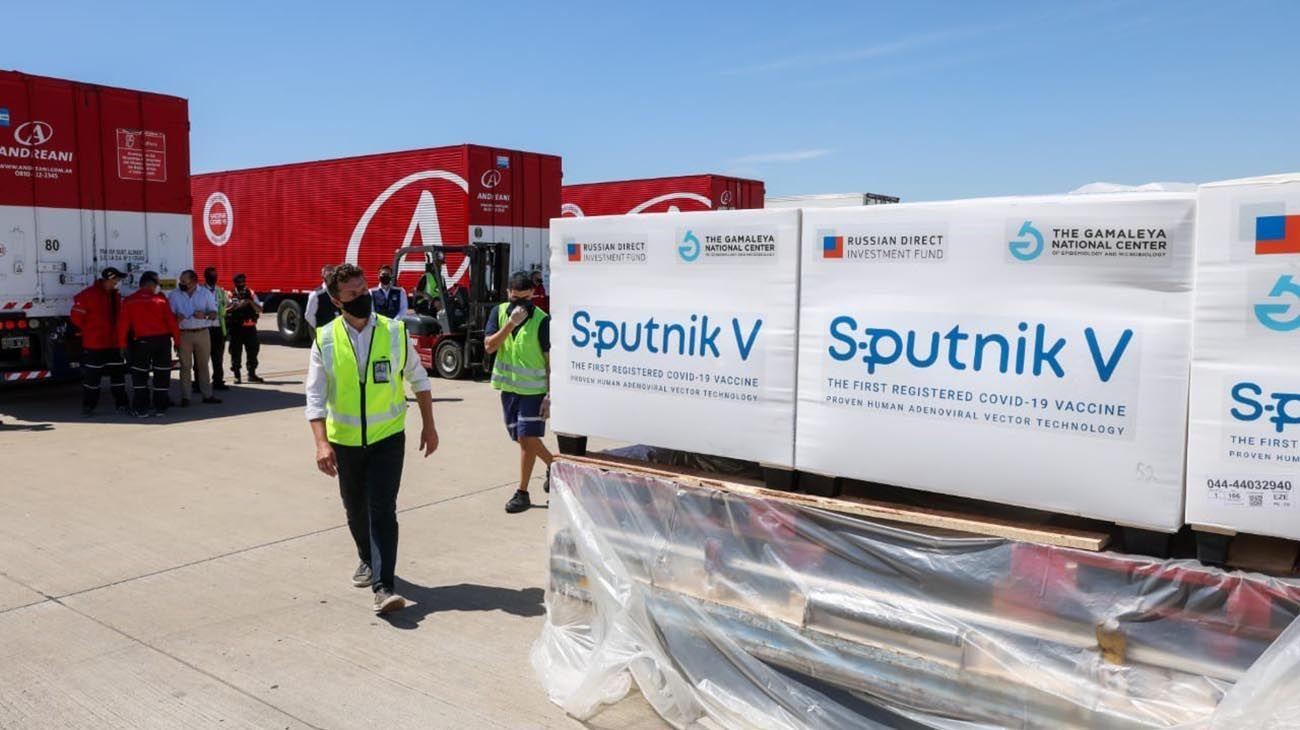 Buenos Aires: Las vacunas Sputnik V son trasladadas hacia los camiones refrigerados a -18°C para luego ser llevadas a un frigorífico de Avellaneda.