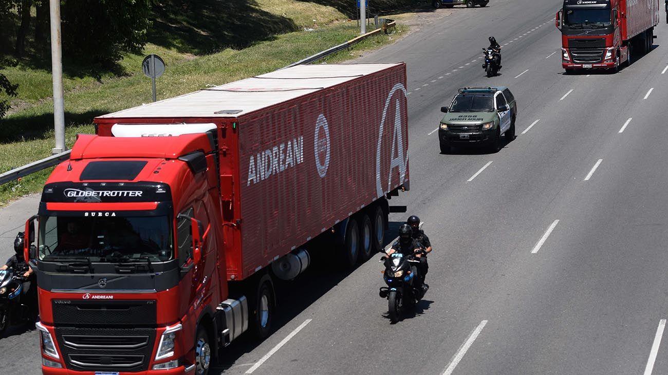 Buenos Aires: Las 300.000 dosis de vacunas Sputnik V son trasladadas en camiones de Andreani hacia un frigorífico de Avellaneda.