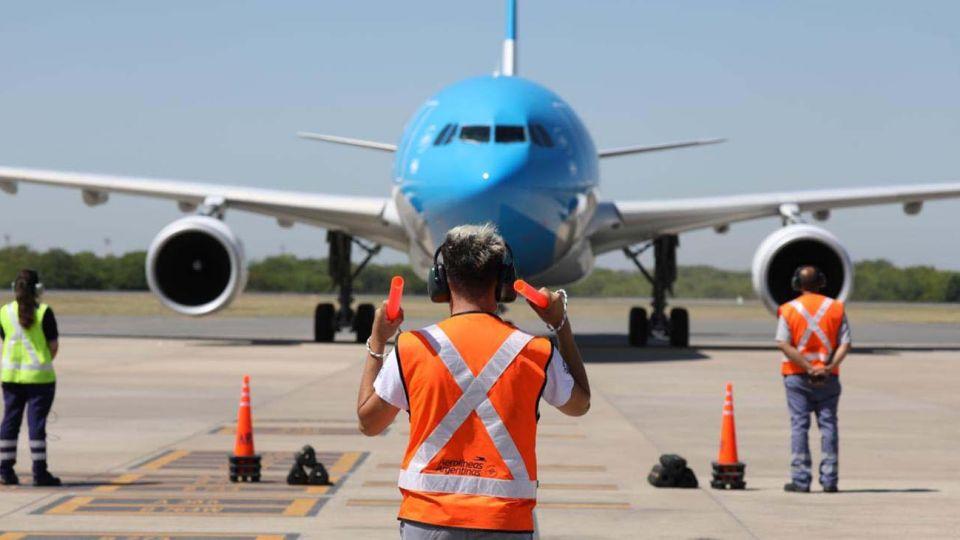 Buenos Aires: El vuelo de Aerolíneas Argentinas que trae las primeras 300 mil dosis de la vacuna Stputnik V, proveniente de Moscú, aterrizó en el aeropuerto de Ezeiza a las 10.25.