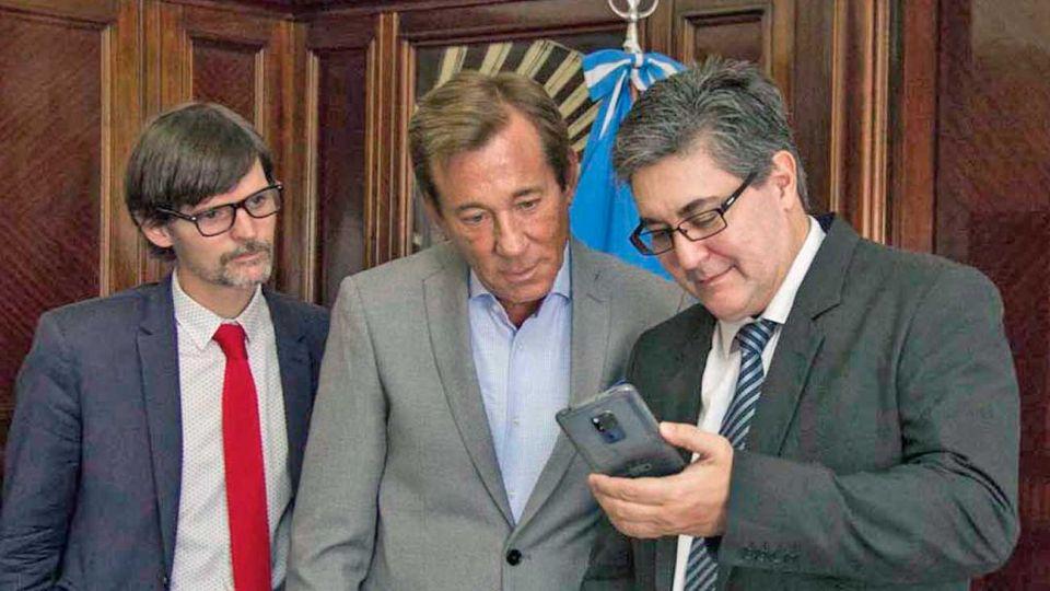 Carrera. Kreckler (centro) es un diplomático de peso con buena llegada con todos los gobiernos. A su izquierda, Vaca Narvaja, quien suena para tomar su lugar en la embajada.