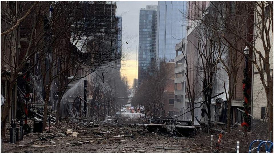 La explosión dejó tres heridos que fueron hospitalizados y graves daños en la calle.