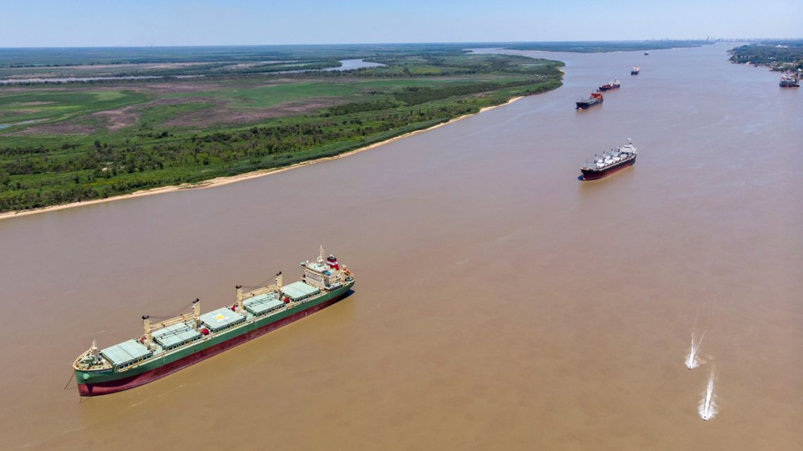 A strike has caused a backlog of ships in the Paraná river.
