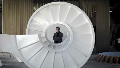 Escalera horizontal. Veinte metros de estructura con forma de helicoide que se despliega como una serpiente y gira como un sacacorchos gigante.