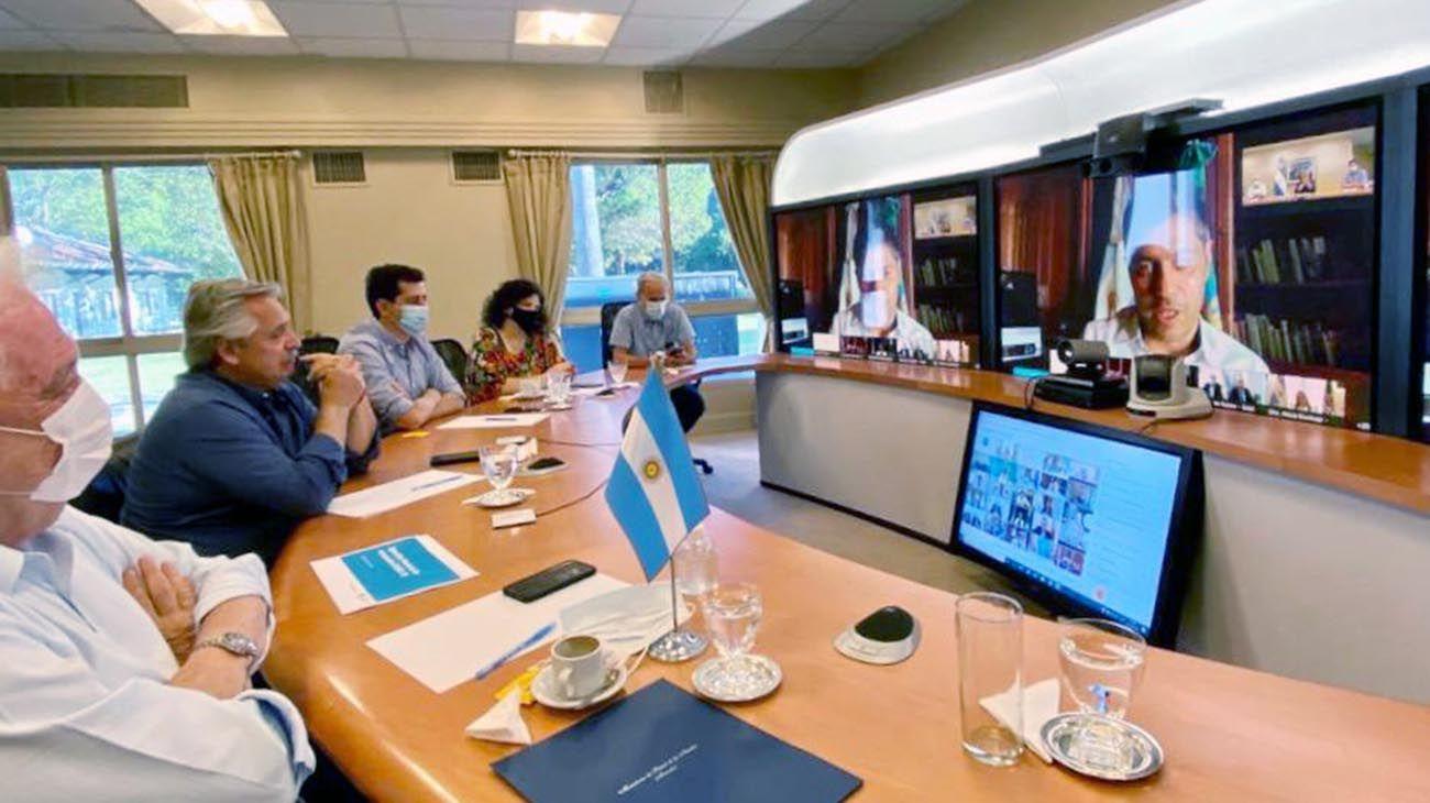 El presidente Alberto Fernández encabeza esta tarde desde la residencia de Olivos una reunión mediante videoconferencia con los gobernadores y gobernadoras, y el Jefe de Gobierno de la Ciudad de Buenos Aires para ultimar los detalles de la primera etapa de la campaña de vacunación contra el coronavirus luego de la llegada de 300 mil dosis de la vacuna Sputnik V desde Rusia.