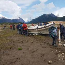 Así pasaron al plan menos pensado: arrastrar la embarcación a lo largo de 6 km por playa, río y tramos de bosque.