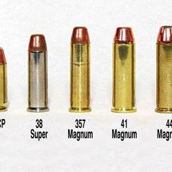 El .50 AE, uno de los más potentes cartuchos para pistolas semiautomáticas en comparación con los calibres más populares.
