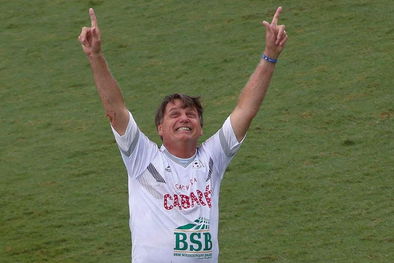 Festejando un gol que convirtió en un partido de fútbol.