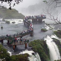 Las Cataratas del Iguazú reciben millones de visitantes al año, por lo que se forman aglomeraciones de turistas como en esta vista del lado brasileño. Foto: Andreas Drouve/dpa