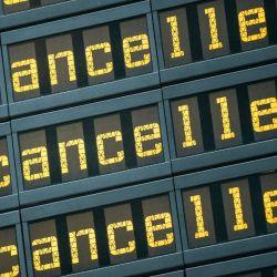 Un tablero del aeropuerto berlinés de Tegel muestra vuelos cancelados. Las aerolíneas sufrieron un golpe nunca visto previamente debido a la pandemia de coronavirus. Foto: Michael Kappeler/dpa