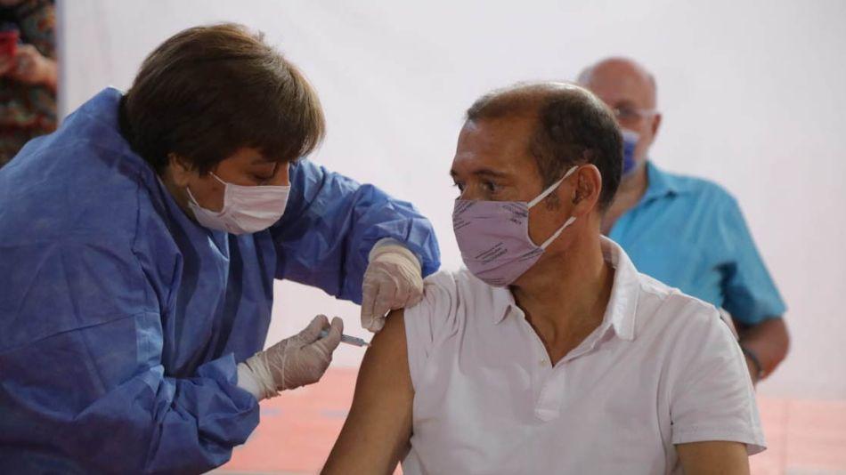 Omar Gutiérrez recibió una dosis de la vacuna rusa en Neuquén