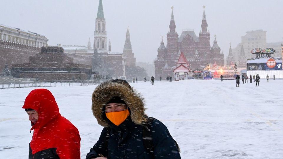 La campaña de Rusia para vacunar al público contra el covid-19 comenzó lentamente, dado que pocas personas aceptaron la oferta de vacunas gratuitas durante la primera semana, aunque el país registra un número récord de muertes por la pandemia.