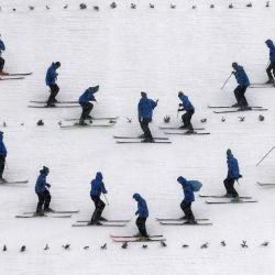 Los ayudantes preparan la colina antes del salto de entrenamiento del torneo de salto de esquí Four-Hills en Oberstdorf, sur de Alemania. | Foto:Christof Stache / AFP