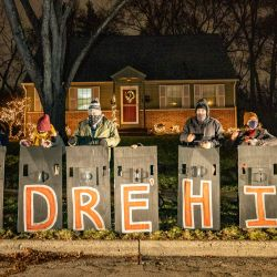 Las personas sostienen escudos con el nombre de Andre Hill mientras participan en un llamado a la acción  | Foto:Stephen Zenner / AFP