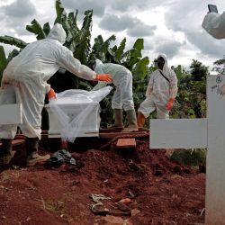 Indonesia, Yakarta: Funerales con equipo de protección personal entierran el cuerpo de una víctima de Coronavirus (Covid 19), en el Complejo Funerario Covid 19 en el Cementerio Público de Pondok Rangon. | Foto:Aslam Iqbal / DPA