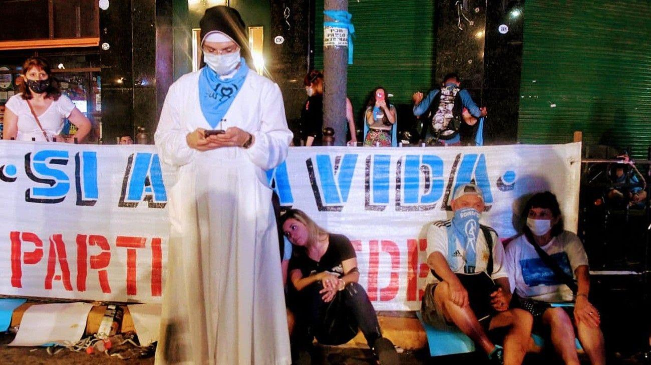 Frustración en la plaza celeste tras la aprobación del aborto en el Senado.