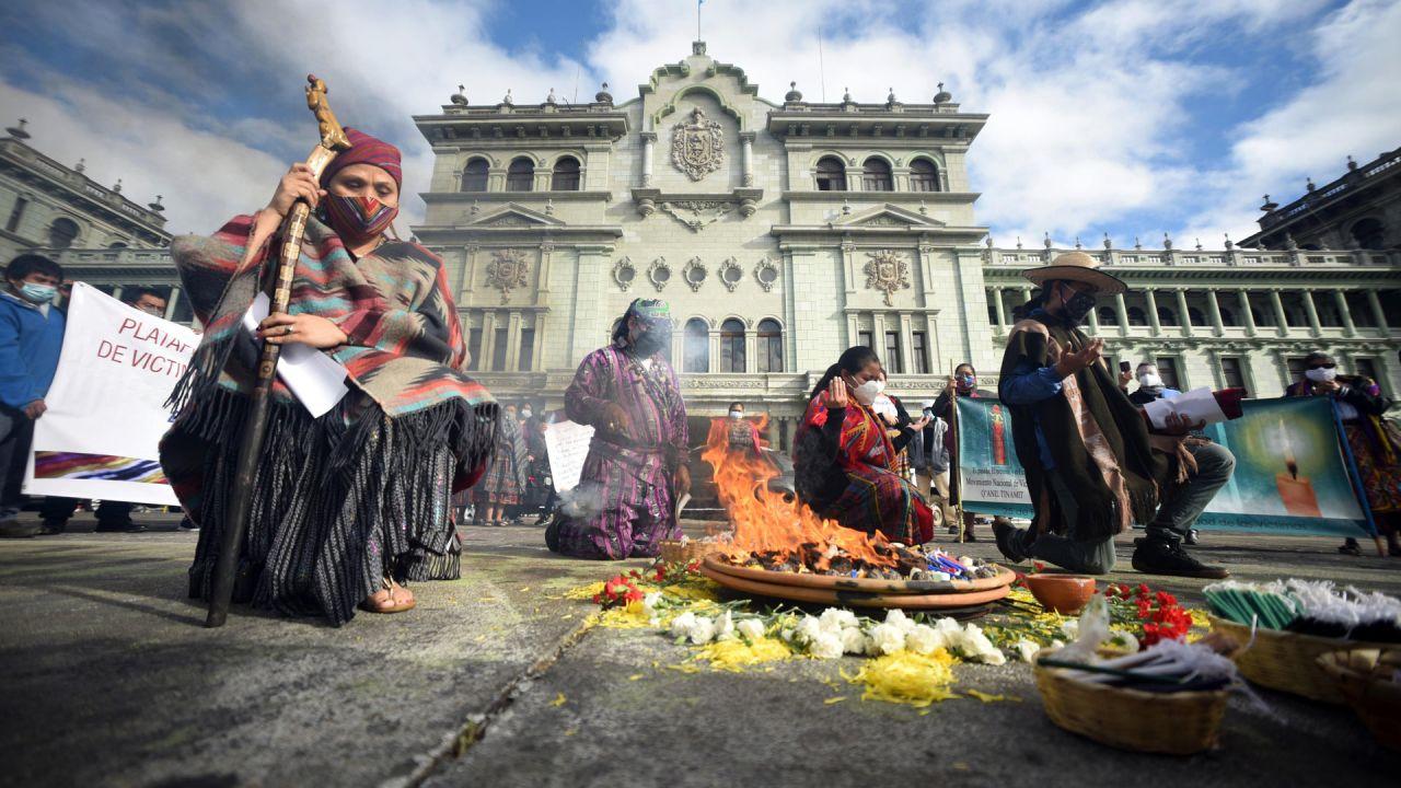 Los indígenas mayas participan en una ceremonia por el 24 aniversario de la firma de los Acuerdos de Paz de Guatemala que pusieron fin a la Guerra Civil de Guatemala (1960-1996), en la Ciudad de Guatemala. | Foto:Orlando Estrada / AFP
