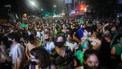 Festejos verdes frente al Congreso tras la aprobación del aborto en el Senado.