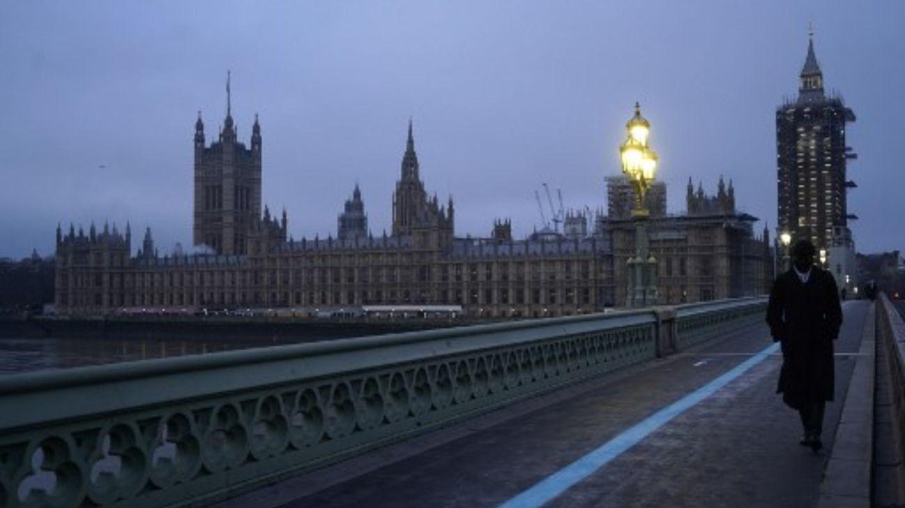 La segunda ola y la nueva cepa golpean al Reino Unido.