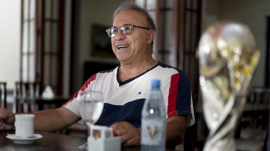 El Vasco con la réplica de la Copa de México 1986
