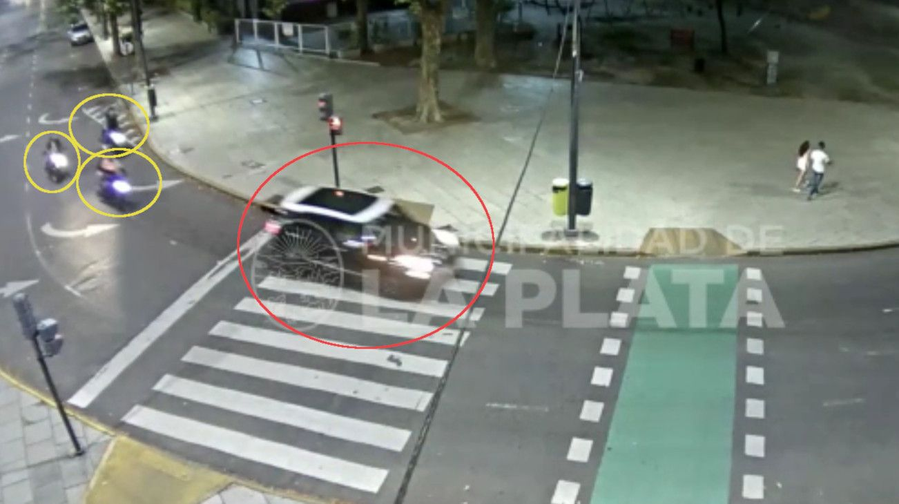 El auto en el que viaja Carolina Piparo escapa luego del atropello.