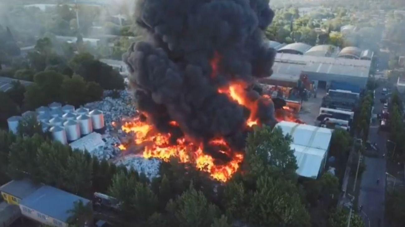 Feroz incendio en una fábrica de plásticos en General Pacheco, Tigre.